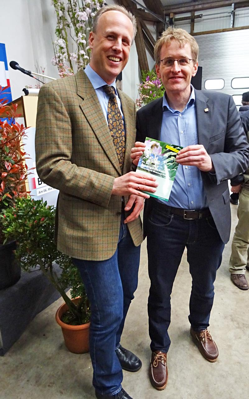 Überreichung Bienengehölz Katalog an den Ministerpräsidenten von Schleswig-Holstein Daniel Günther
